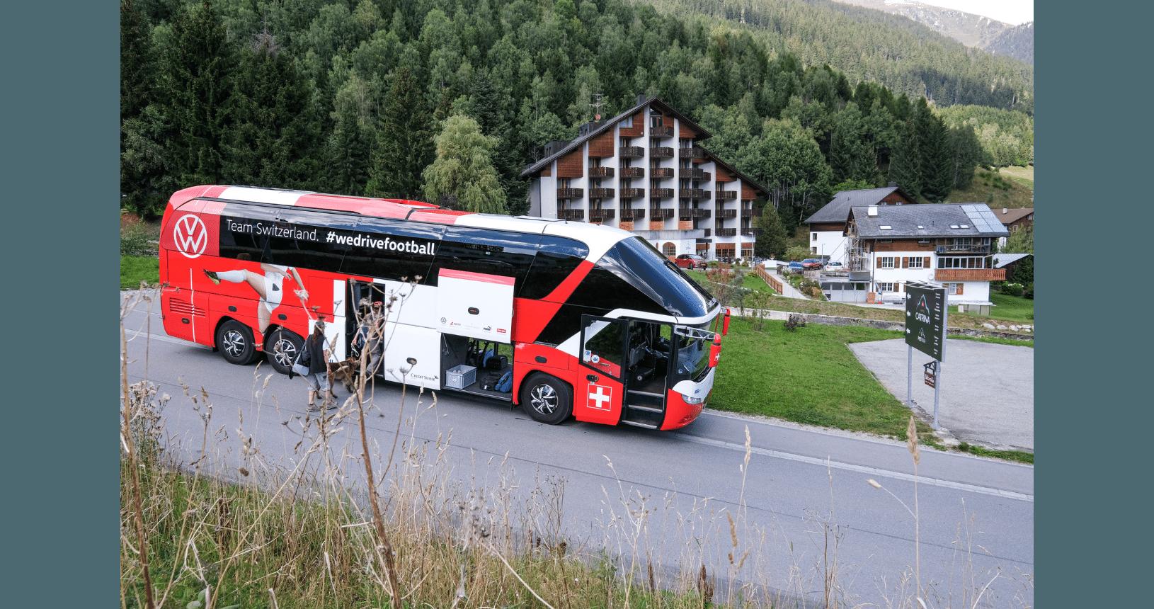 Hundereise Disentis Reisecar vor dem Hotel Petrina